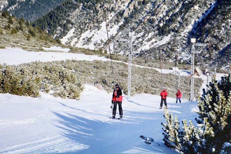 Esquiadores que montam o elevador de esqui na estância de esqui Borovets em Bulgária Imagem bonita do inverno landscape fotos de stock