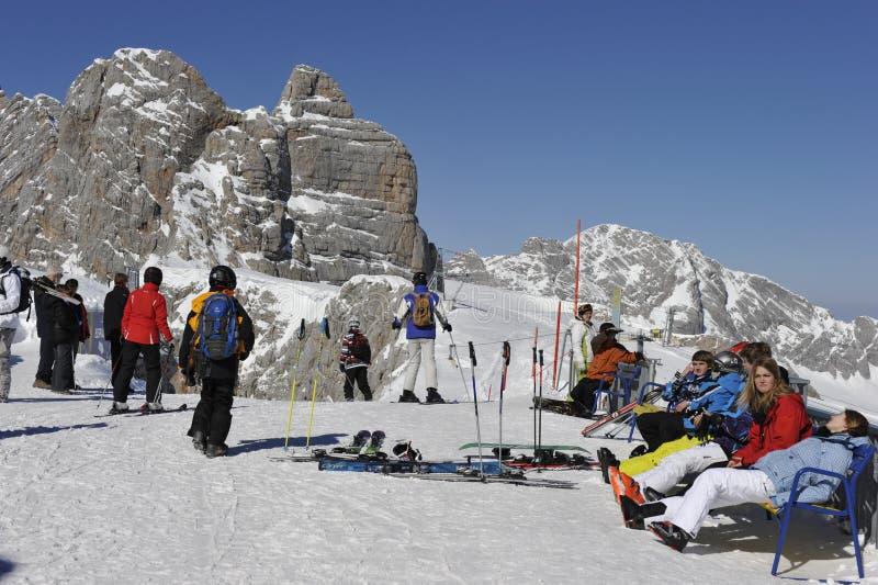 Esquiadores que toman Sunbath foto de archivo