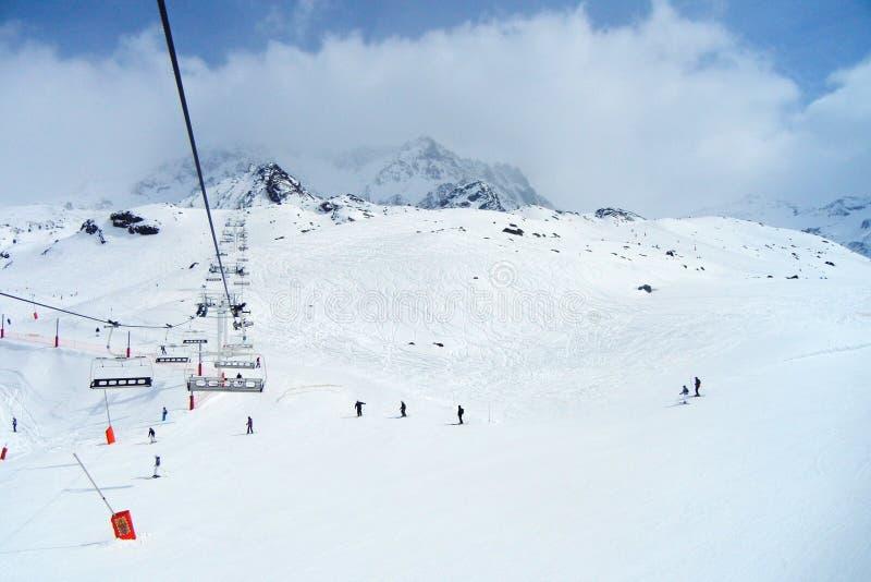 Esquiadores sob o teleférico em uma estância de esqui fotos de stock royalty free