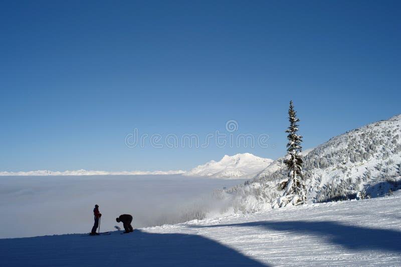 Esquiadores una tapa la montaña imagen de archivo libre de regalías