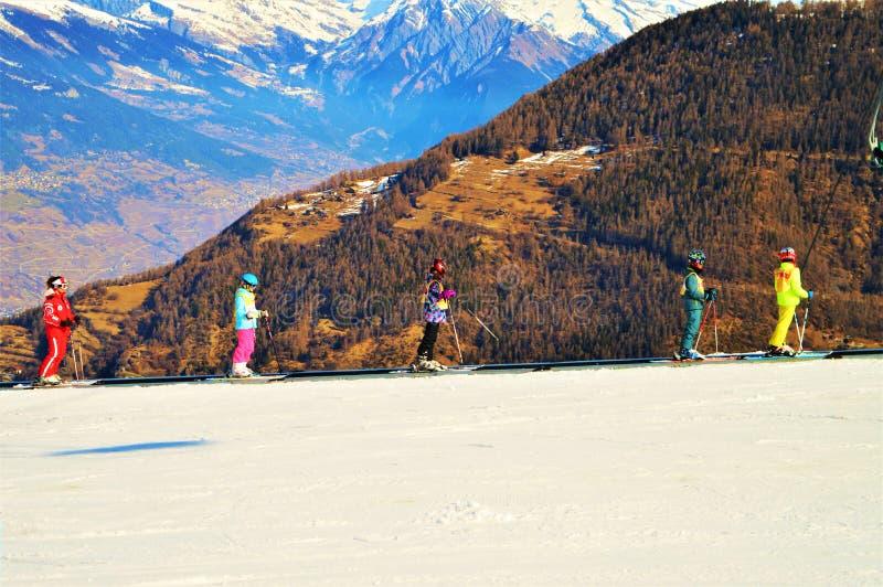 Esquiando en las montañas suizas, visión panorámica imágenes de archivo libres de regalías