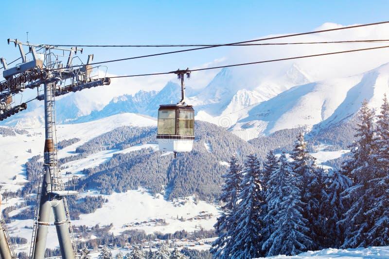 Esquiando nos cumes, cabine do elevador de esqui nas montanhas imagens de stock royalty free