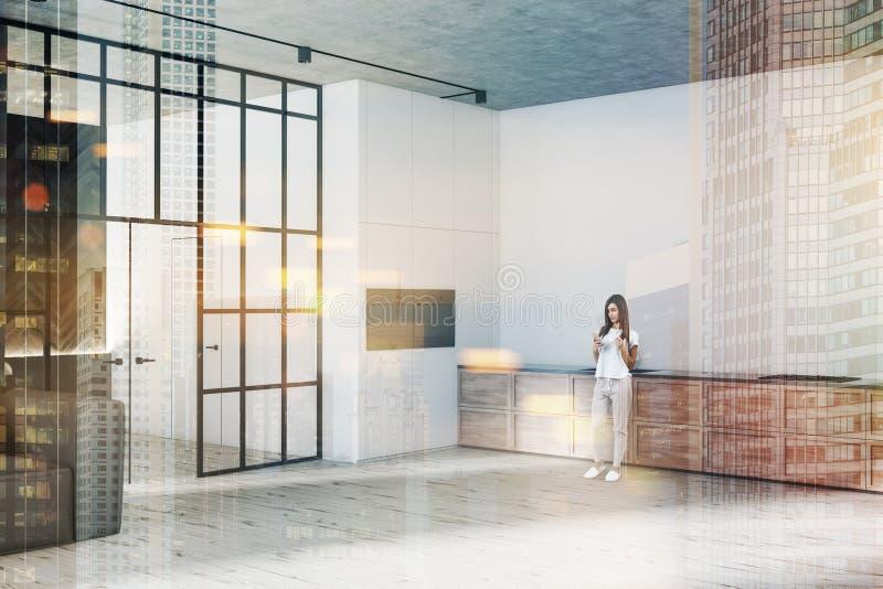 Esquina blanca de la cocina con el contador de madera, mujer fotografía de archivo