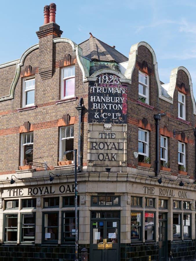 Esquina constructiva de un pub hist?rico en Londres del este foto de archivo libre de regalías