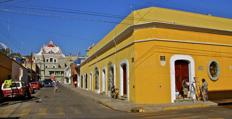 Esquina da rua amarela da rua com La Soled da basílica fotografia de stock