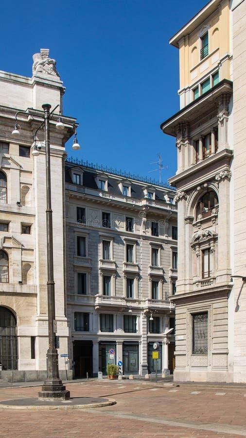 Esquina da rua com as estradas estreitas em Milão fotografia de stock royalty free