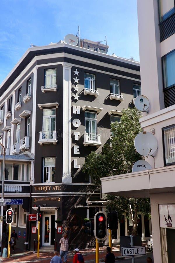Esquina da rua com hotel imagens de stock