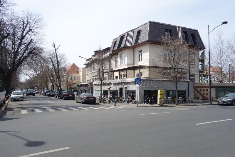 Esquina da rua com o restaurante do café na área de Dorobanti em Bucareste foto de stock royalty free