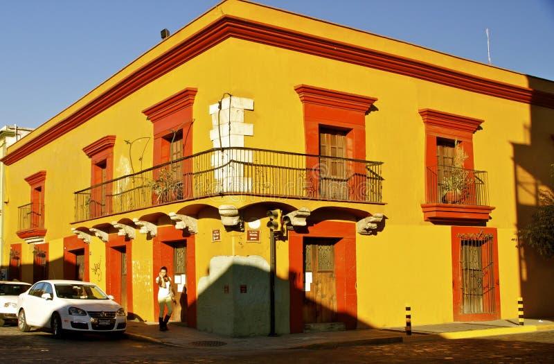 Esquina de calle amarilla Oaxaca, México foto de archivo libre de regalías