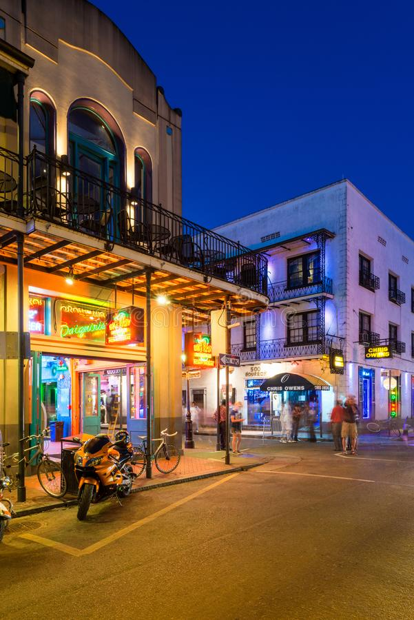 Esquina de calle en barrio francés en New Orleans en la noche fotografía de archivo libre de regalías