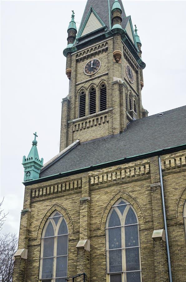 Esquina de iglesia y campanario en milwaukee fotos de archivo