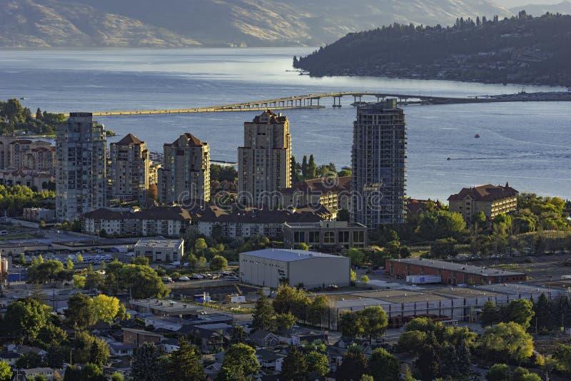 Esquina de Kelowna en Columbia Británica y lago Okanagan con el puente R W Bennett de la montaña Knox al atardecer fotos de archivo