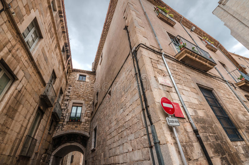 Esquina de la ciudad medieval pintoresca de Girona, Cataluña, España fotografía de archivo