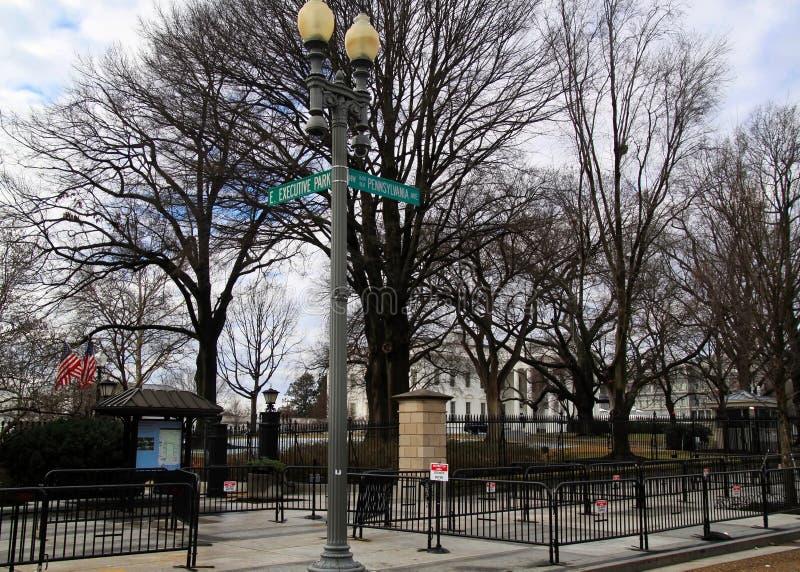 Esquina de Pennsylvania y del parque ejecutivo, la dirección del ` s de la nación de la Casa Blanca en el lado del sudoeste, con  fotografía de archivo