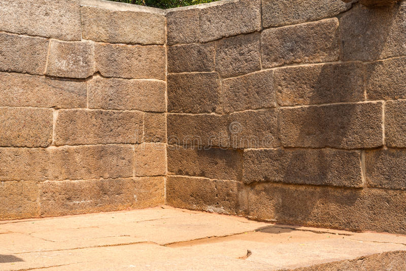 Esquina de una pared antigua, bloques de la piedra imagen de archivo