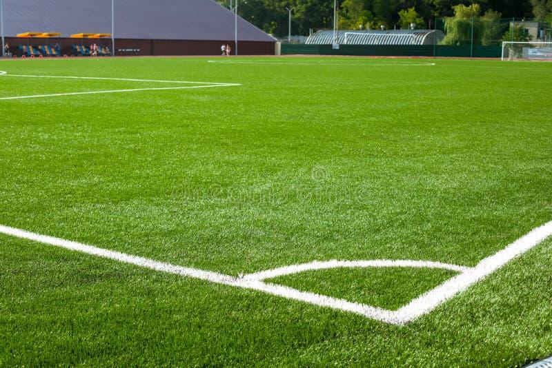 Esquina del campo de fútbol del fútbol con las marcas blancas fotos de archivo