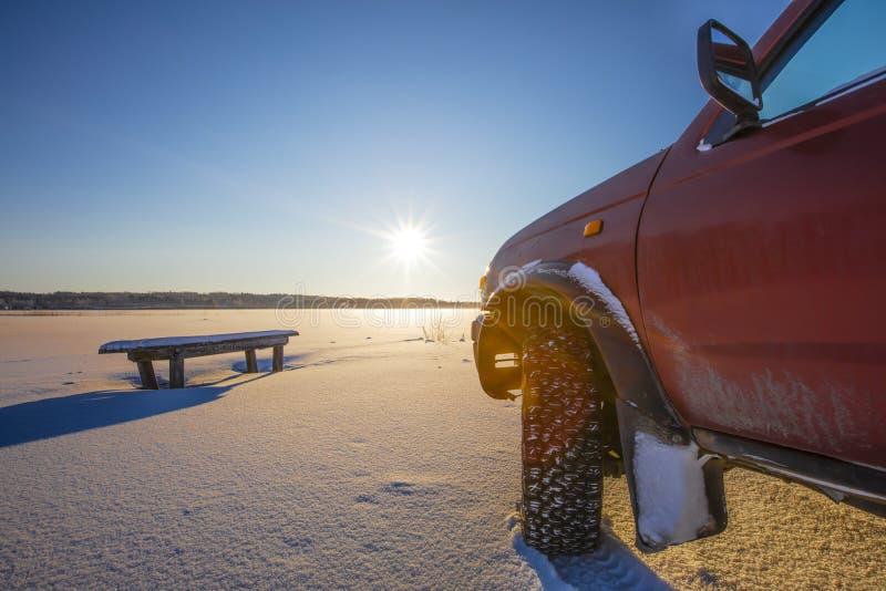 Esquina delantera del coche del tracción cuatro ruedas en Finlandia La luz del sol delantera brilla brillantemente imagenes de archivo