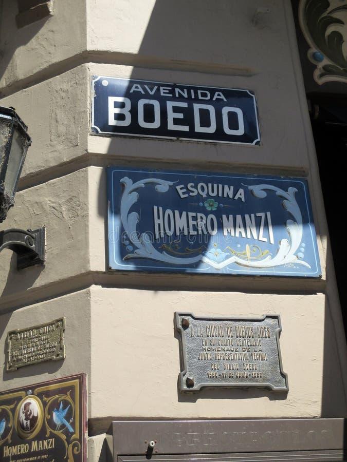 Esquina Homero Manzi Argentina Avenida Boedo - härligt ställe av det Buenos Aires stället som är hängivet till den argentinska ta royaltyfria foton