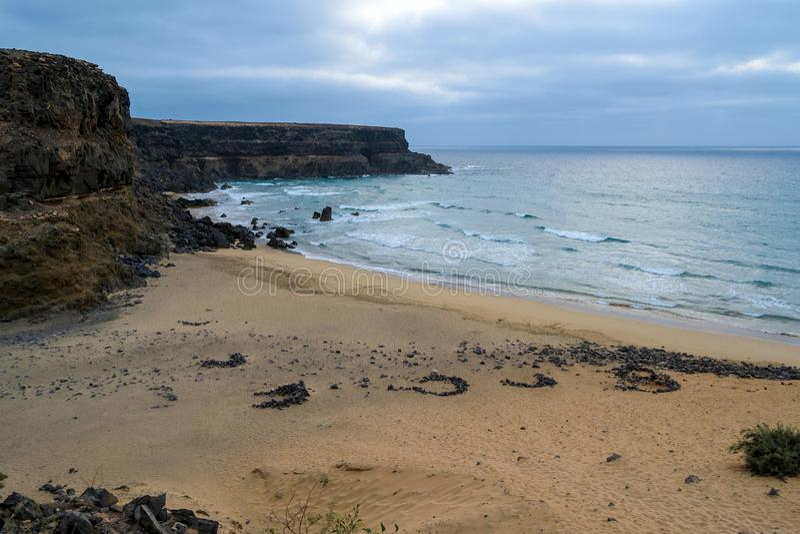 Esquinzo海滩,冲浪者乘海浪, Fuerteven 免版税库存图片