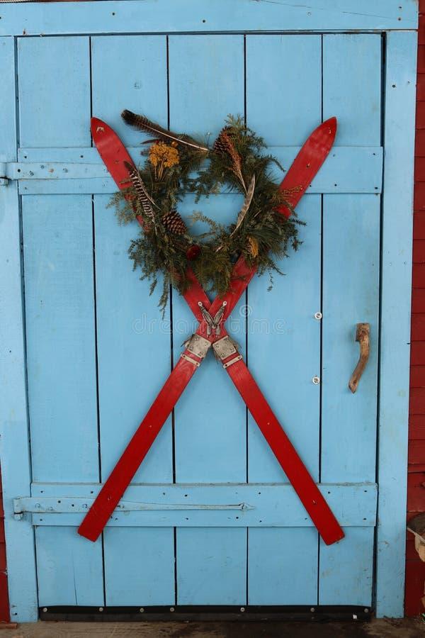 Esquis na porta para o Natal 1 estilo de New Hampshire imagem de stock royalty free