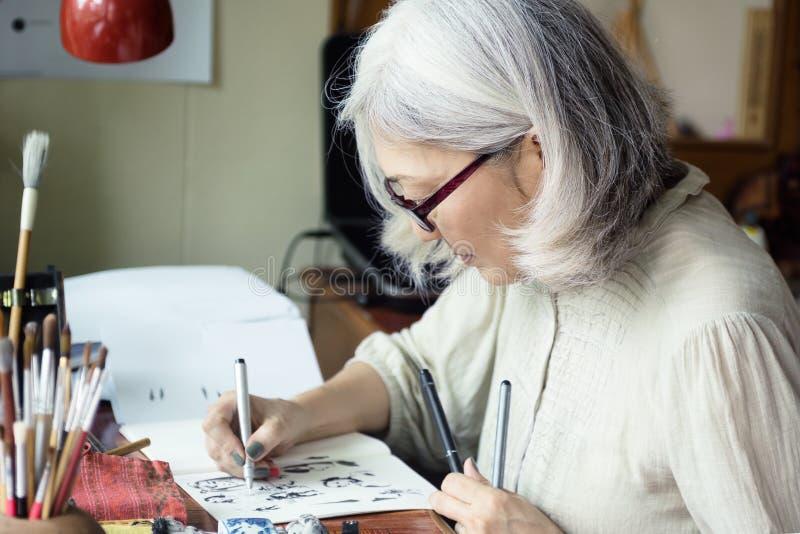 Esquisse supérieure asiatique d'artiste de femme image libre de droits