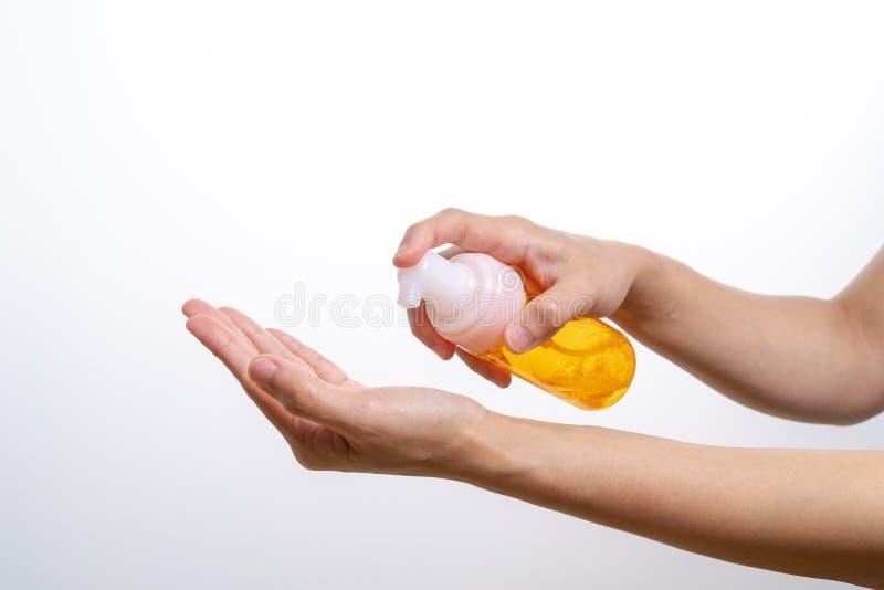 Essência de limpeza da lavagem, cuidados com a pele as mulheres entregam guardar a garrafa de limpeza, a beleza e o conceito do c foto de stock