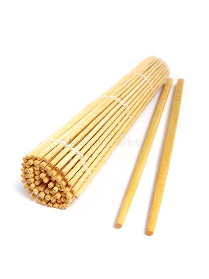Ess-Stäbchen- und Bambusmatte stockfoto