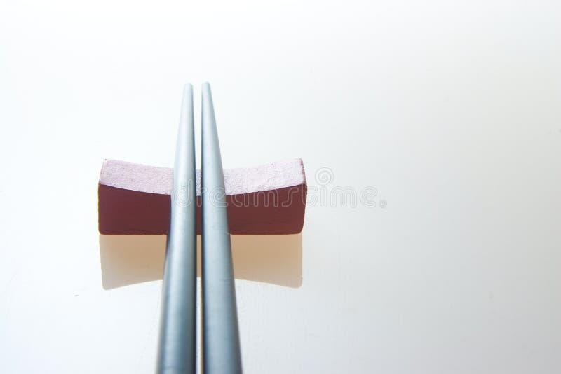 Ess-Stäbchen und Halterung lizenzfreie stockfotos