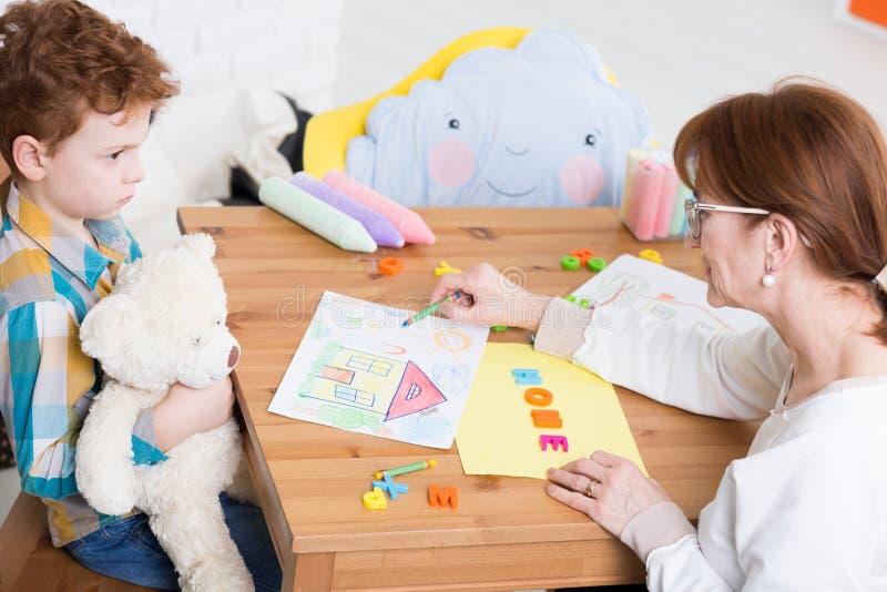 Essai d'établir la confiance dans un enfant autiste image stock