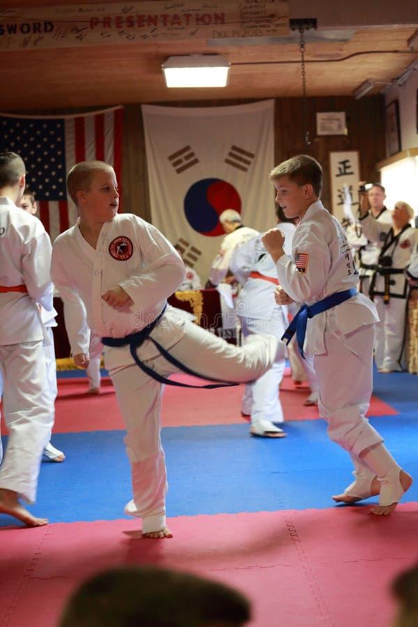 Essai d'étudiantes de Tae Kwon Do pour des ceintures photo libre de droits