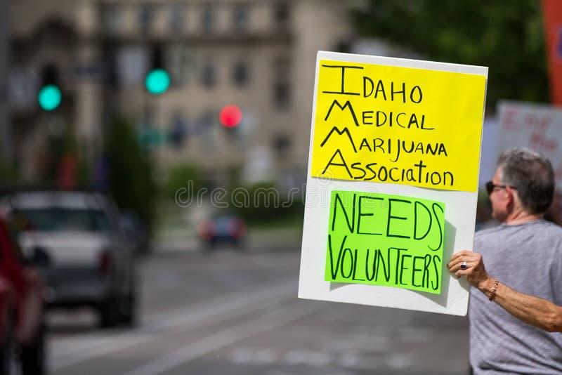 Essai d'obtenir le soutien de légaliser la marijuana image libre de droits