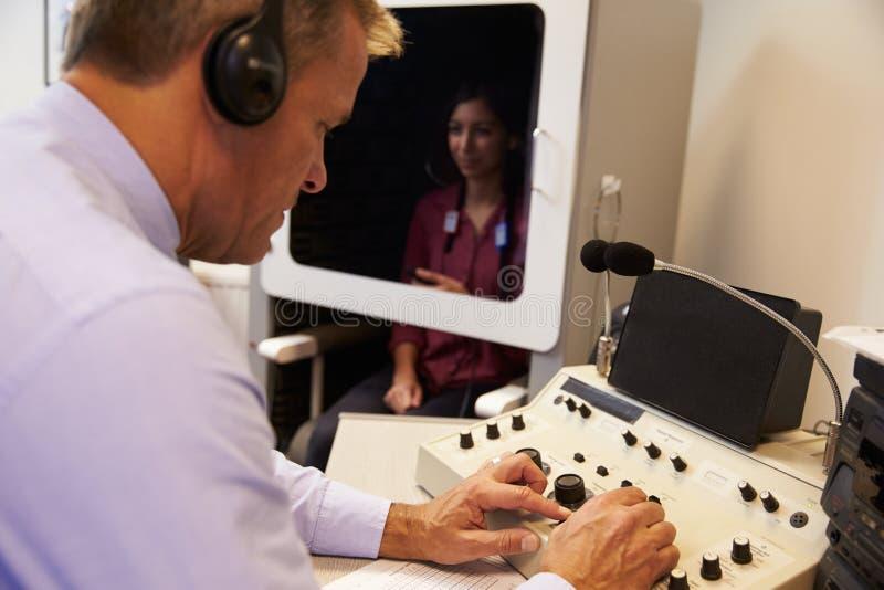 Essai de Carrying Out Hearing d'Audiologist sur le patient féminin image libre de droits