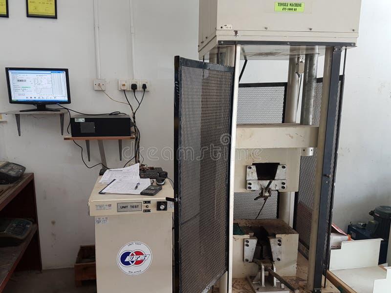 Essai de compressibilité concret de force de cube au laboratoire utilisant la machine de compression photos stock