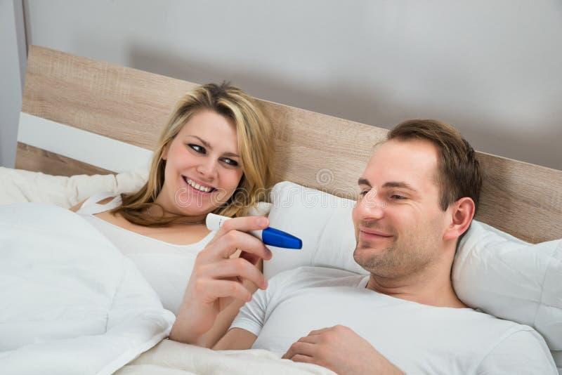 Essai de grossesse de observation de couples images stock