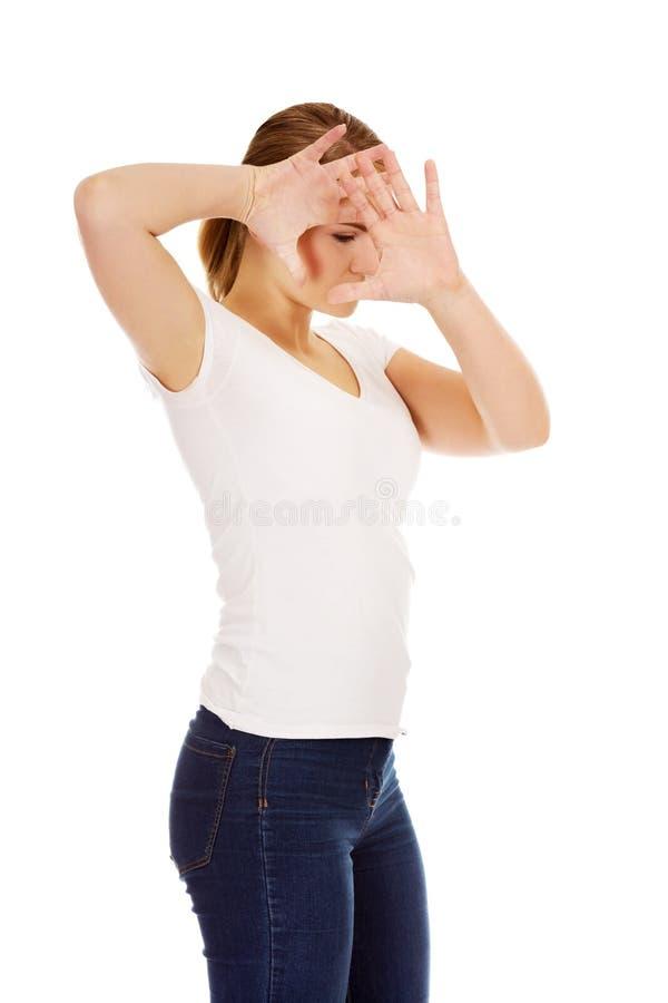 Essai de jeune femme à se cacher Concept de Violece photos stock