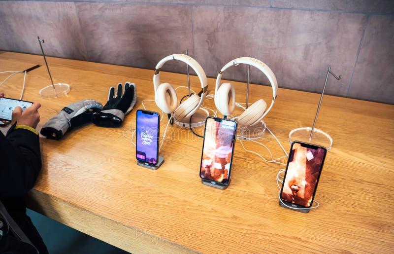 Essai de l'iPhone XS d'ordinateurs Apple dans des battements d'écouteurs d'Apple Store par Dr. Dre image stock
