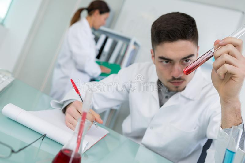 Essai de sang dans le laboratoire photos stock
