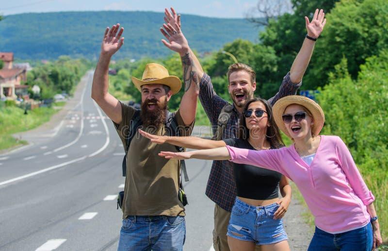 Essai de voyageurs pour arrêter la voiture Commencez la grande aventure dans votre vie par l'auto-stop Été de déplacement d'auto- photos stock