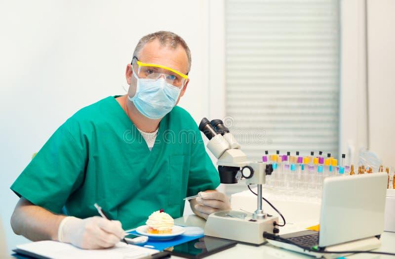 Essai en laboratoire du glucose à durcir images stock