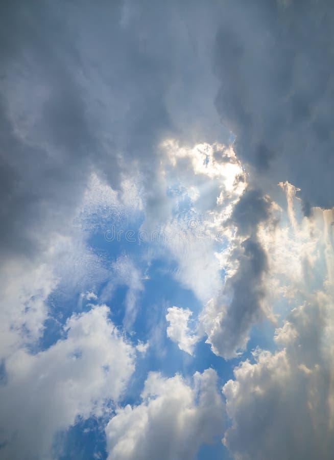 Essai foncé de nuage à accabler et à couvrir le nuage blanc photo stock