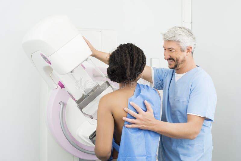 Essai heureux de mammographie de docteur Assisting Patient Undergoing photos libres de droits