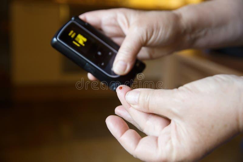 Essai patient diabétique son sang pour le niveau de sucre photo stock