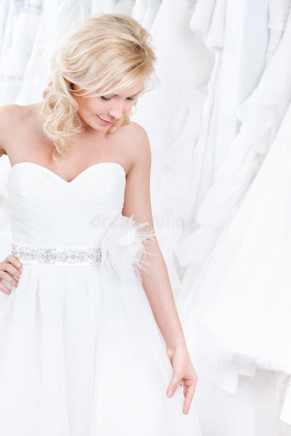 Essai sur une robe de mariage avec du charme photos libres de droits