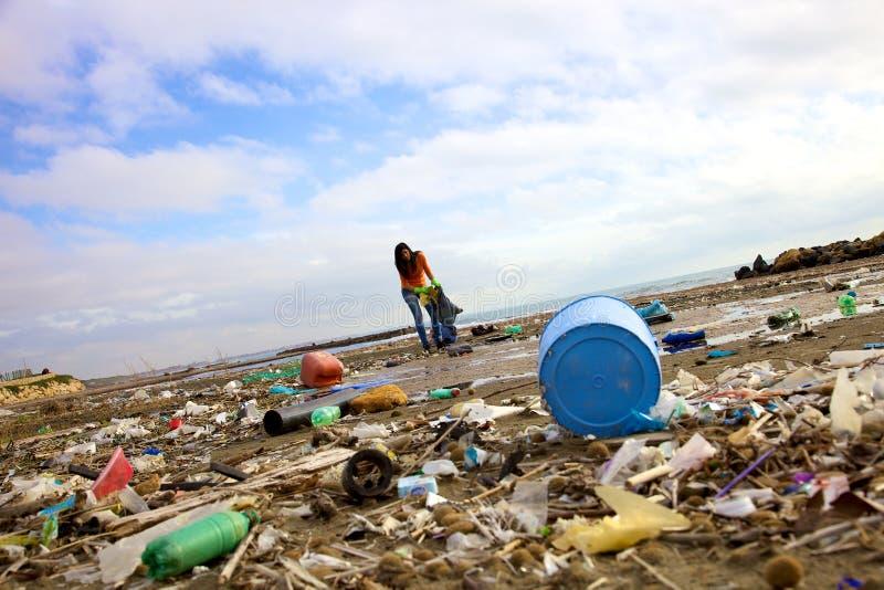 Essai volontaire de femme triste de nettoyer la pollution photos stock