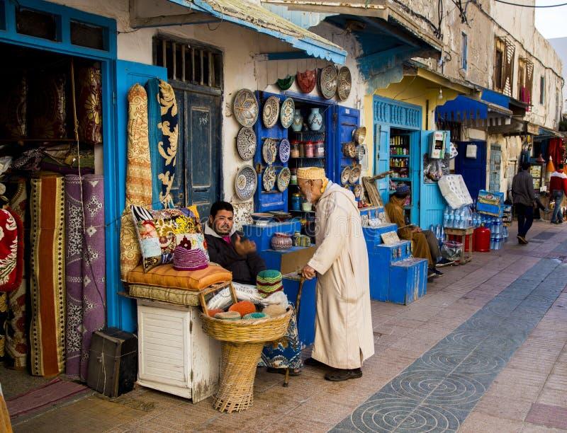 Essaouira, Maroc - janvier 8,2017 : Boutiques sur une rue dans Essaouira images libres de droits
