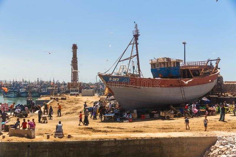 Essaouira Marocko - Augusti, 2017: Forntida gammal Essaouira fiskeport med fisken stannar arkivfoton