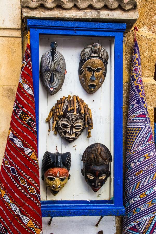 ESSAOUIRA MAROCKO - MARS 30: Afrikanska maskeringar säljs på gatan av den forntida medinaen Mars 30, 2018 i Essaouira, Marocko royaltyfri foto