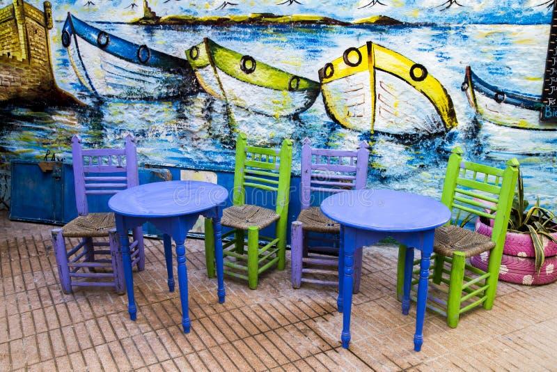 Essaouira, Marokko - Januari 8, 2017: Kleurrijke stoelen en lijsten stock foto