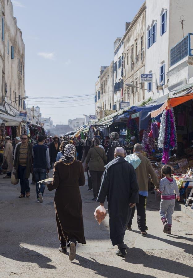 Essaouira, Marokko - Januari 8, 2017: Mensen op de straten van Essaouira stock afbeelding