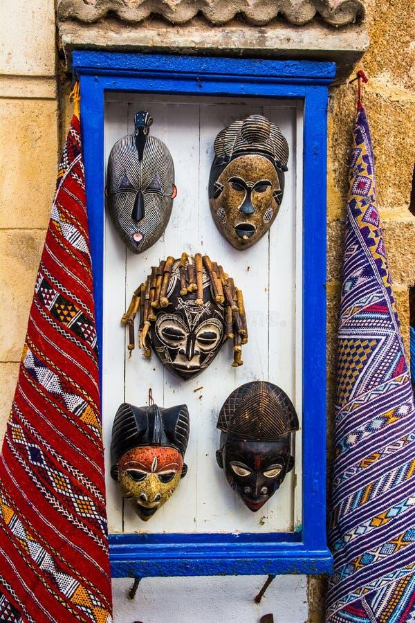 ESSAOUIRA, MAROKKO - 30. MÄRZ: Afrikanische Masken werden auf der Straße des alten Medinas verkauft 30. März 2018 in Essaouira, M lizenzfreies stockfoto
